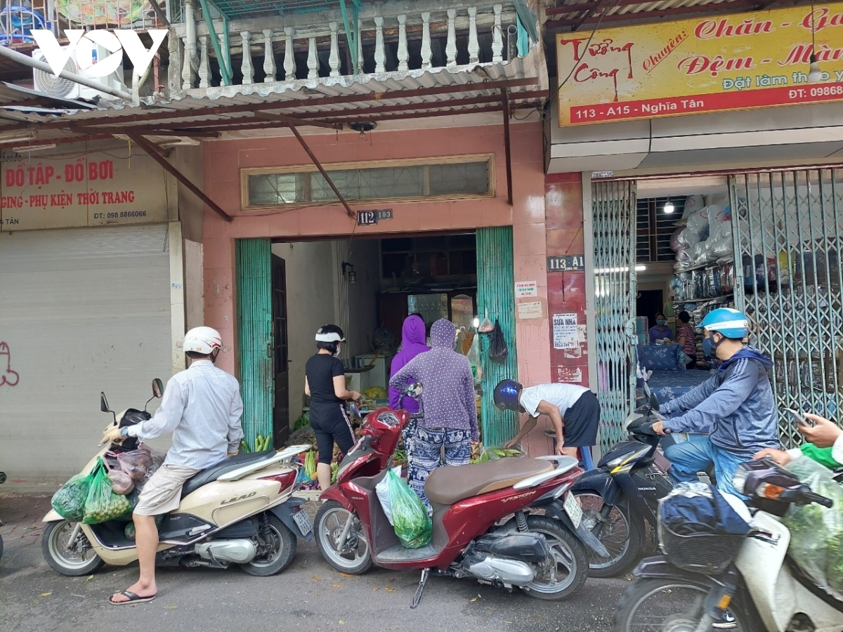 Makeshift markets continue to operate despite a ban on gatherings imposed by local authorities.