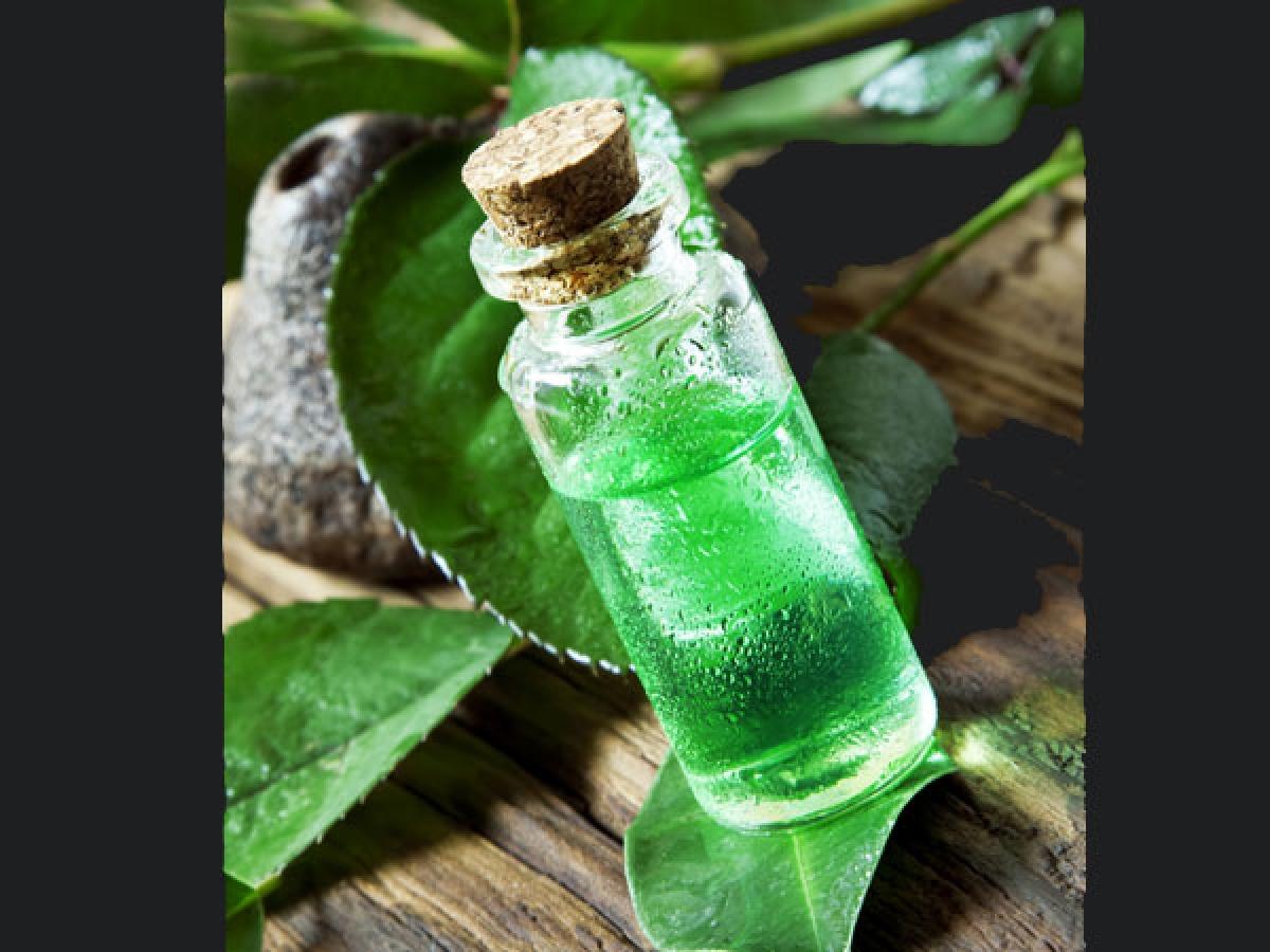 Tinh dầu tràm trà: Tinh dầu tràm trà có thể được sử dụng để làm giảm đổ mồ hôi ở vùng mặt và các phần cơ thể khác, nhờ có tính chống nấm và làm se lỗ chân lông của loại tinh dầu này.