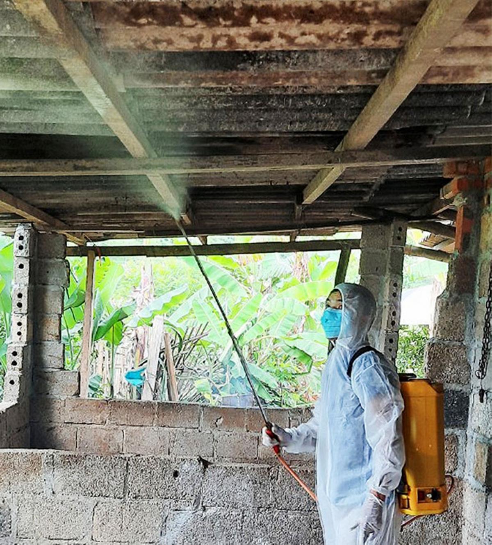 Thú y viên xã Tân Văn, huyện Bình Gia, tỉnh Lạng Sơn phun tiêu độc khử trùng chuồng nuôi lợn tại hộ gia đình trong xã (Nguồn: Đài PTTH Lạng Sơn)