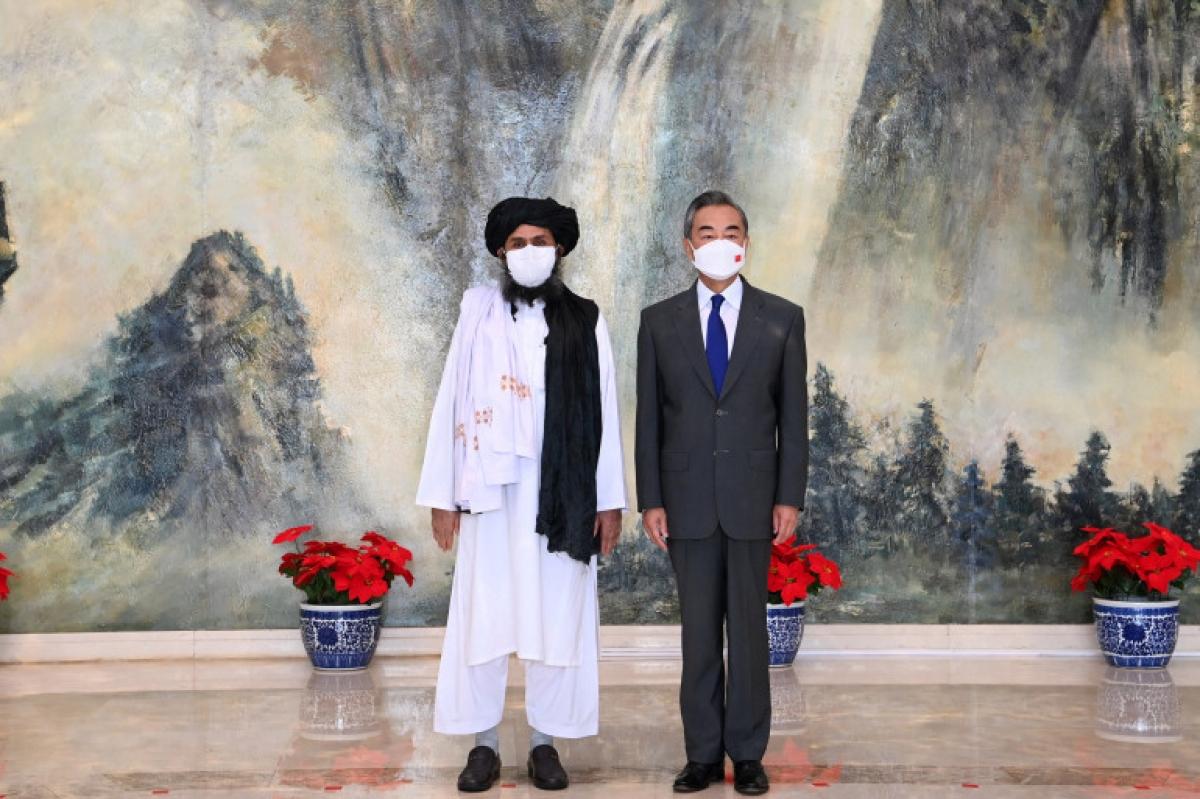 Ủy viên quốc vụ, Bộ trưởng Ngoại giao Trung Quốc Vương Nghị và thủ lĩnh chính trị của Taliban Mullah Abdul Ghani Baradar tại Thiên Tân. Ảnh: AFP