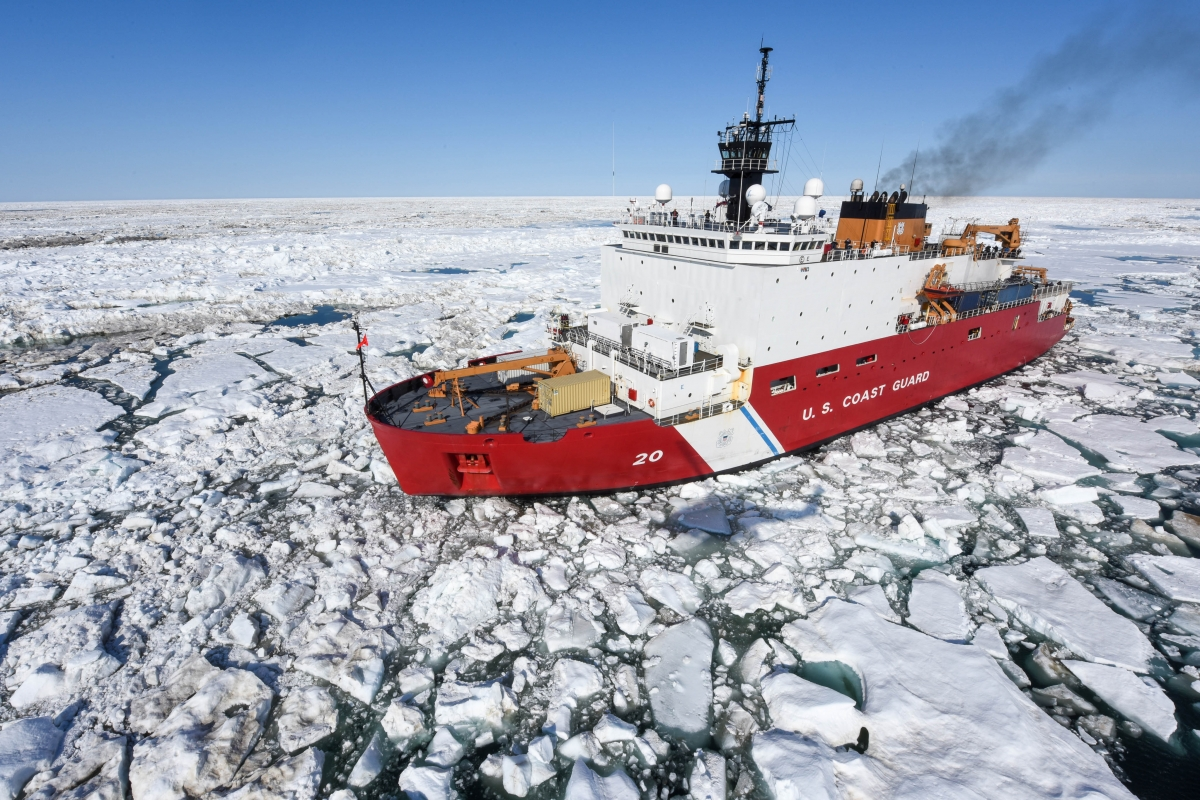 Tàu phá băng Healy của Mỹ ở gần Oliktok, Alaska, năm 2015. Ảnh: Lực lượng bảo vệ bờ biển Mỹ.