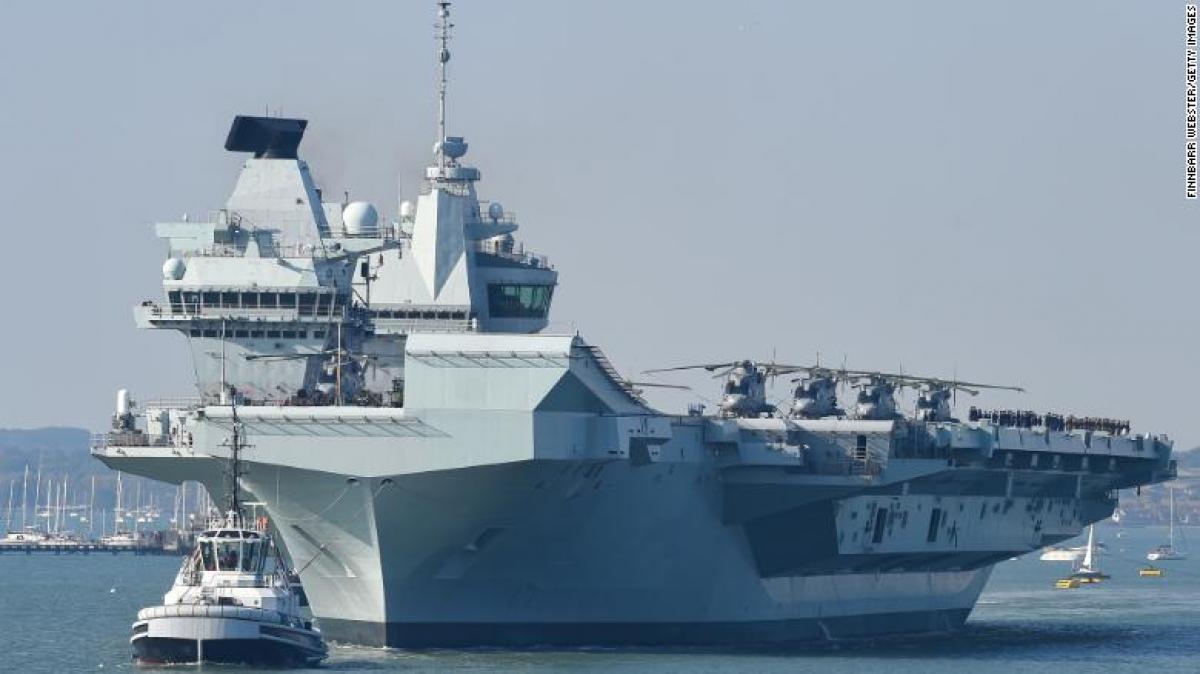 """Tàu sân bay <a href=""""/quan-su-quoc-phong/vu-khi/hms-queen-elizabeth-hang-khong-mau-ham-hien-dai-nhat-cua-anh-890370.vov"""">HMS Queen Elizabeth</a> rời căn cứ hải quân ở Portsmouth, Anh, tháng 9/2020. Ảnh: Getty"""