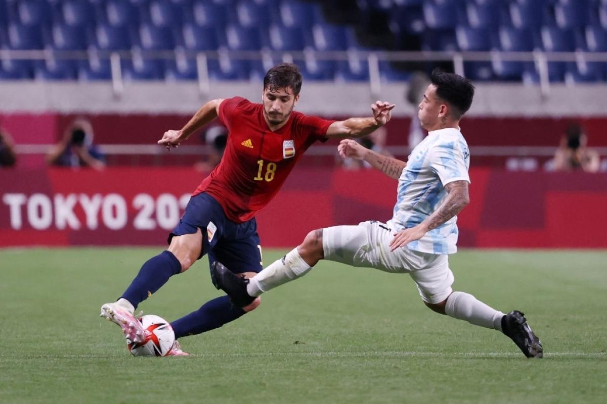 Argentina đá rắn, không ngại va chạm để khắc chế lối chơi kỹ thuật của Tây Ban Nha. (Ảnh: Getty)