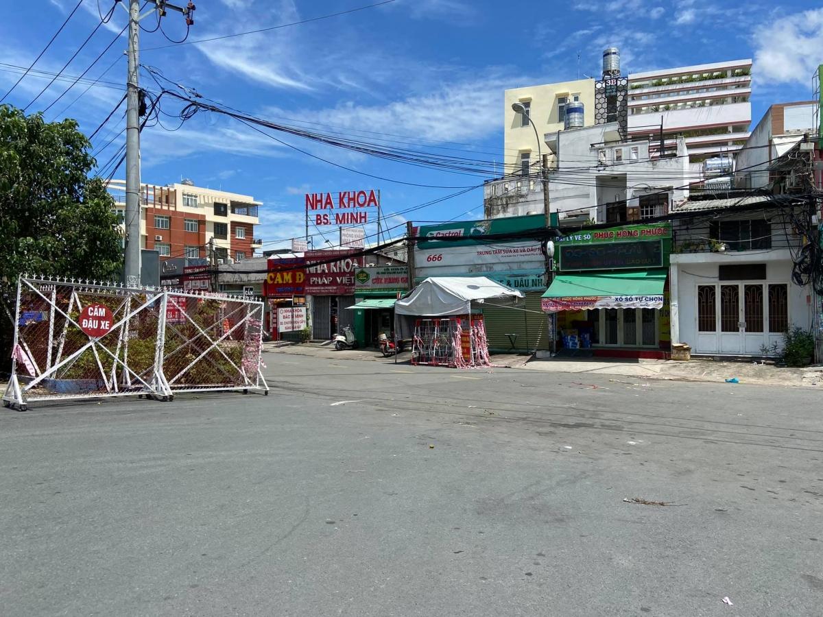 Hàng rào chốt chặn tại giao lộ Lê Văn Việt - Lã Xuân Oai, phường Tăng Nhơn Phú A được lực lượng chức năng tháo dỡ. (Ảnh: H.O)