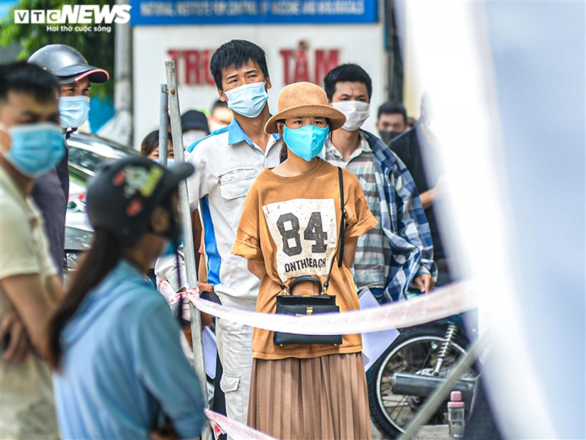 A woman named T shares that she needs to return to Hai Duong province for private business, and the provincial administration's request for a certificate of a negative COVID-19 test within 72 hours has forced her to go and do the test.