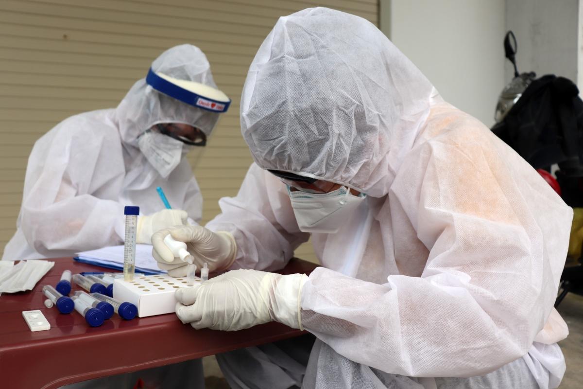 Nhân viên y tế test COVID-19 tại phường Trảng Dài, TP. Biên Hòa (Ảnh: CDC tỉnh Đồng Nai)