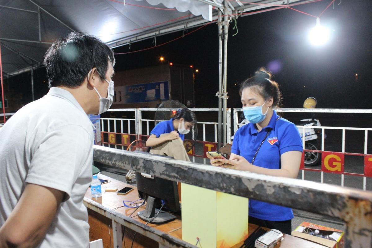 Lái xe khai báo y tế tại trạm kiểm soát dịch COVID-19 khi vào TP. Đà Nẵng.