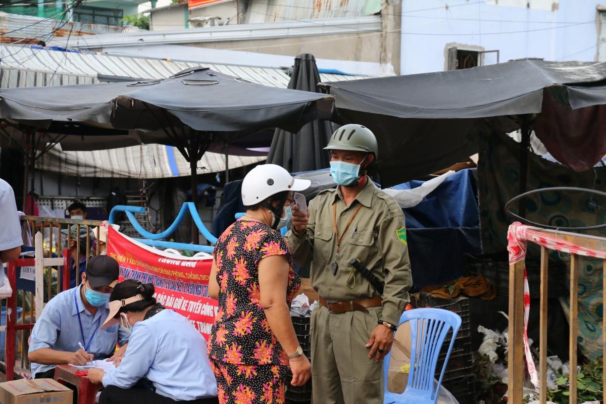 TP. Nha Trang kiểm tra thân nhiệt phát phiếu ra vào chợ.