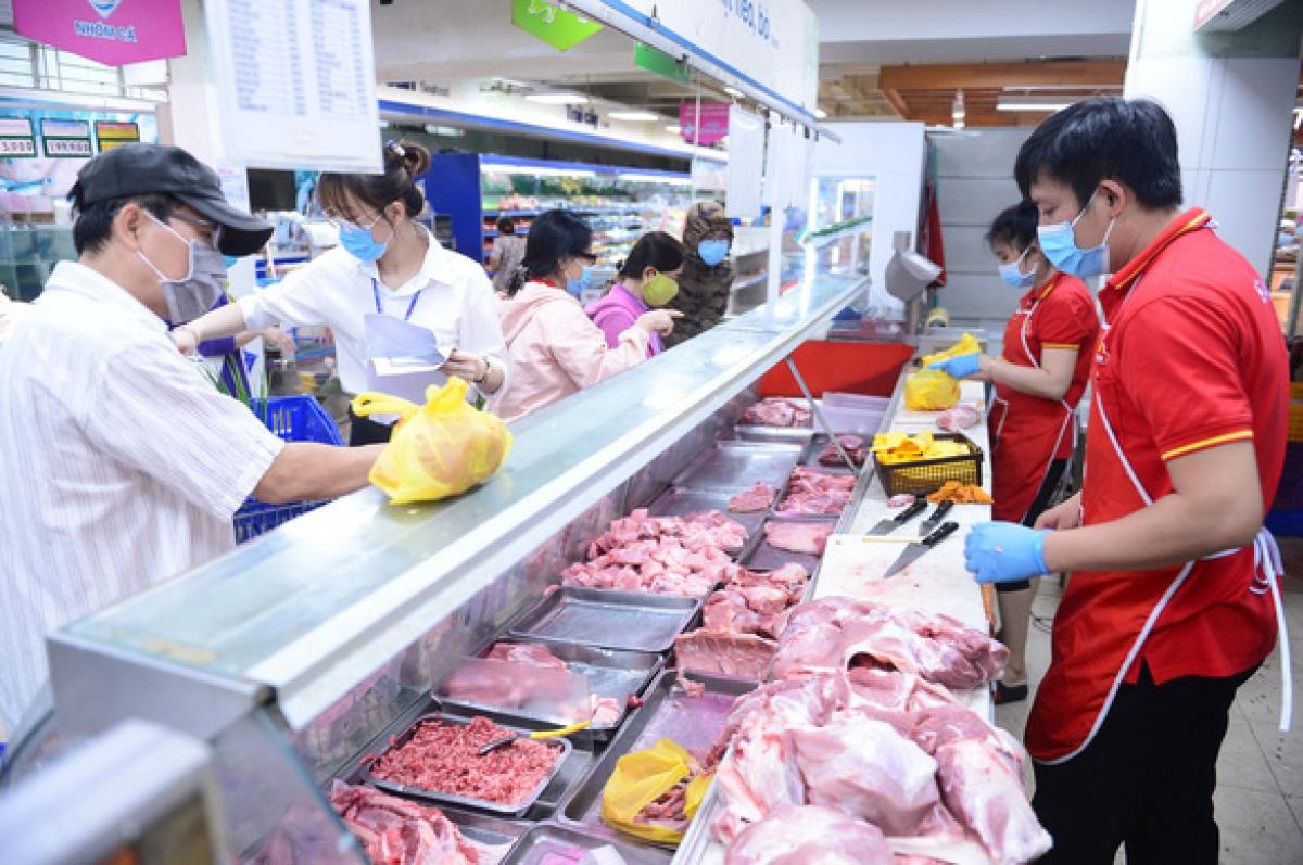 """Người dân khó mua được thịt heo trong các điểm bán siêu thị, cửa hàng, trong khi thịt heo đông lạnh """"sống tốt"""" nhờ kênh online. (Ảnh: Quang Định)"""