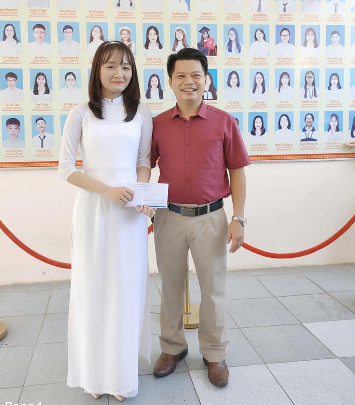 """Võ Thị Kim Anh nhận """"phần thưởng nóng"""" từ thầy Phó Hiệu trưởng trường THPT chuyên Hà Tĩnh ngay sau khi trở thành thủ khoa toàn quốc khối B. (Ảnh: NVCC)"""