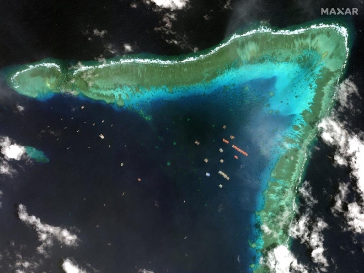Ảnh chụp tự vệ tinh cho thấy hơn 200 tàu Trung Quốc neo đậu tại Đá Ba Đầu thuộc cụm đảo Sinh Tồn ở quần đảo Trường Sa của Việt Nam.