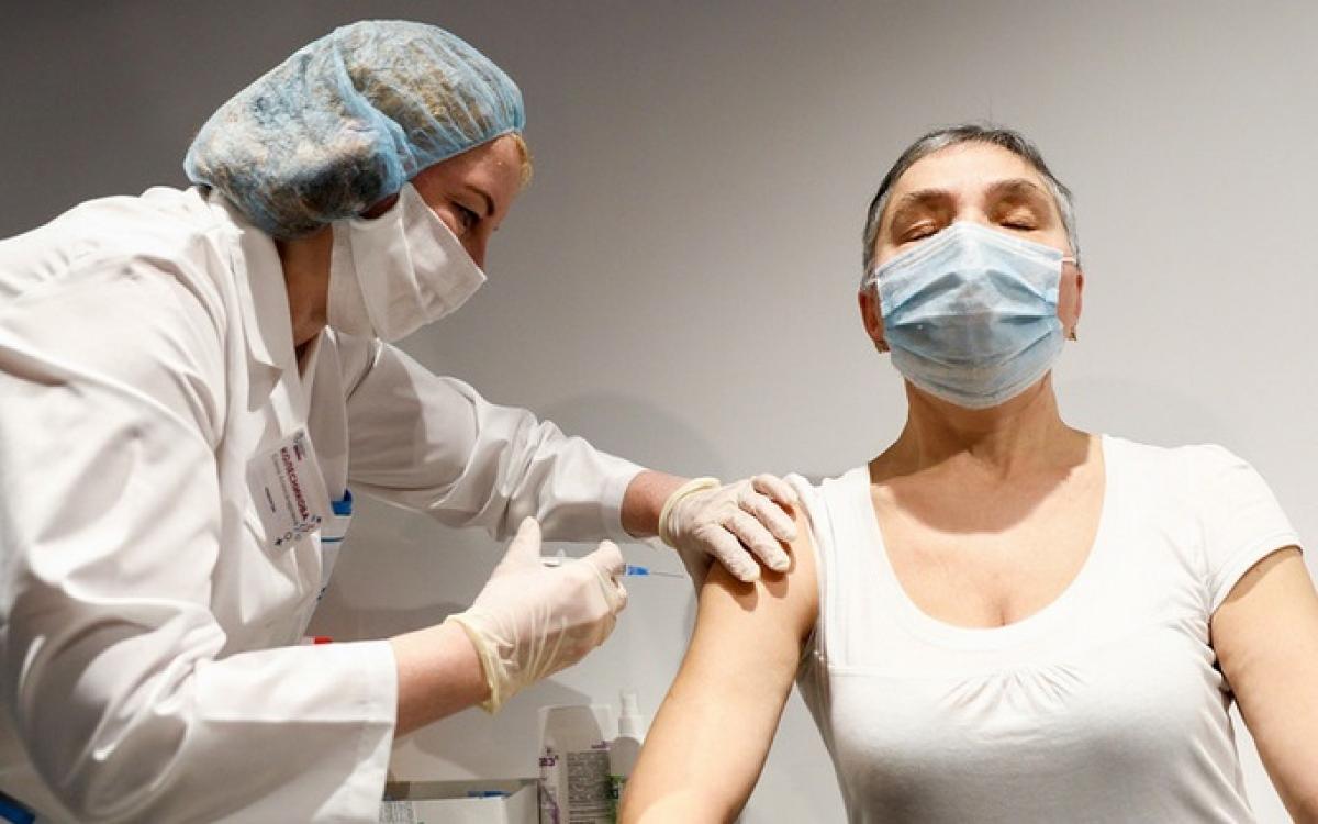 Tiêm vaccine Covid-19 tại Nga. Ảnh: Rykov.