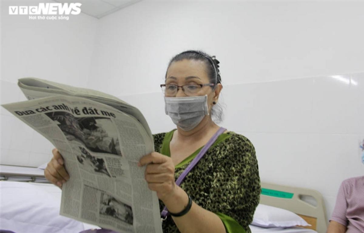 Các cụ ông, cụ bà sau khi được tiêm và chờ theo dõi 30 phút sẽ được nhân viên y tế kiểm tra sức khỏe và hướng dẫn theo dõi sức khỏe tại nhà./.
