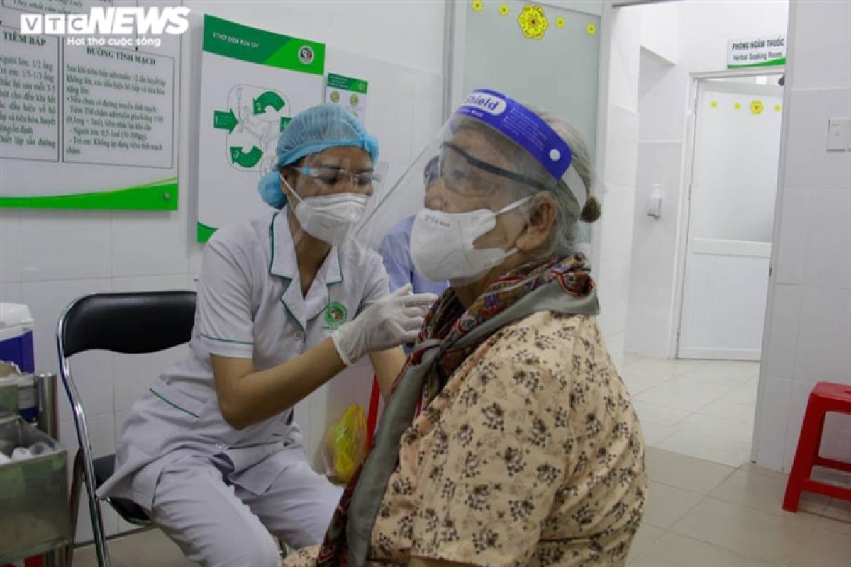 Bà Bảo 89 tuổi, ngụ Phước Long A, TP Thủ Đức bị bệnh huyết áp, tiểu đường, tim mạch và mỡ máu được tiêm mũi vaccine đầu tiên. Con gái bà Bảo cho hay, lúc đầu bà không muốn tiêm, con cháu phải thuyết phục mãi bà mới chịu đi.