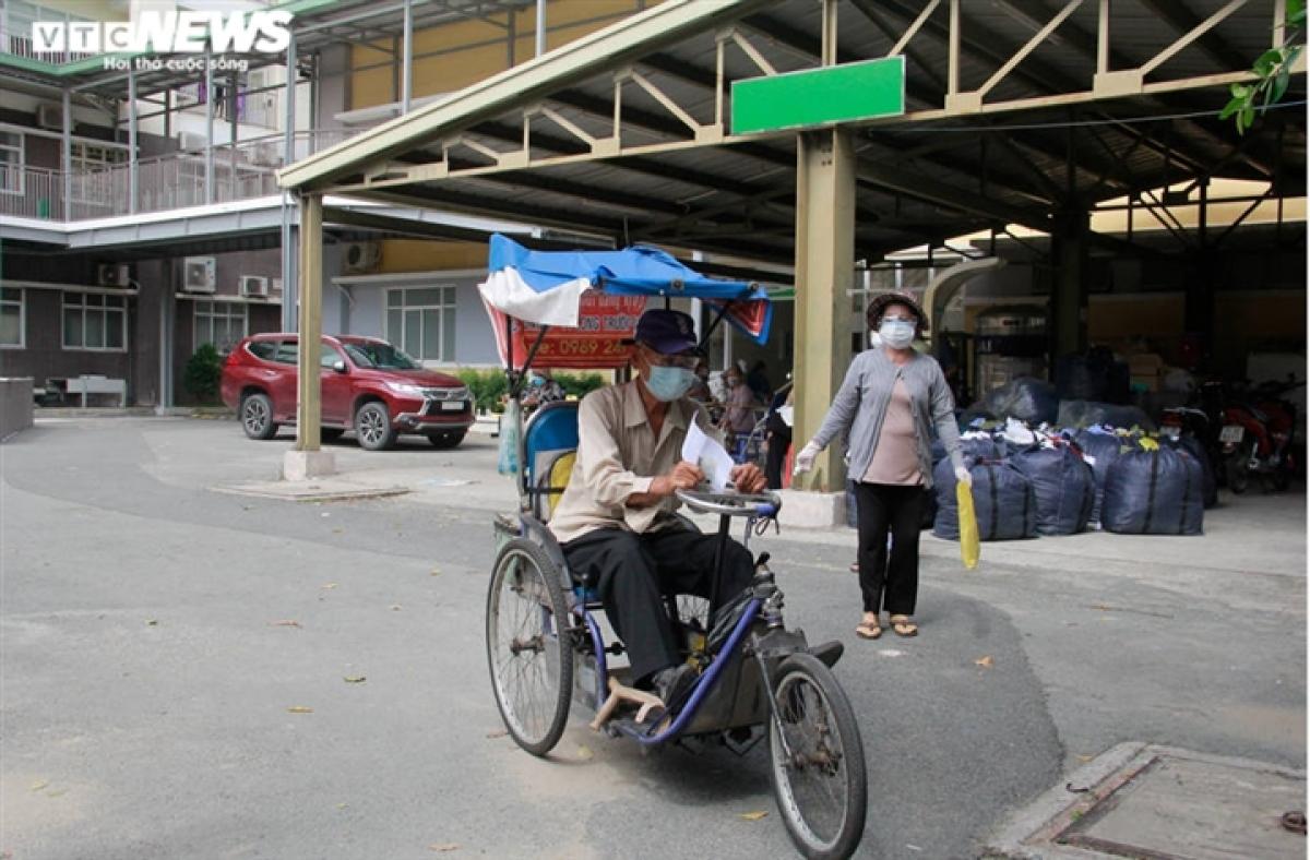 Ông Nguyễn Văn Huỳnh, 74 tuổi ngụ phường Phước Bình, TP Thủ Đức ngồi trên chiếc xe ba bánh đến bệnh viện để khám sàng lọc và tiêm vaccine. Quãng đường từ nhà ông tới bệnh viện di chuyển bằng xe 3 bánh mất hơn 1 tiếng.