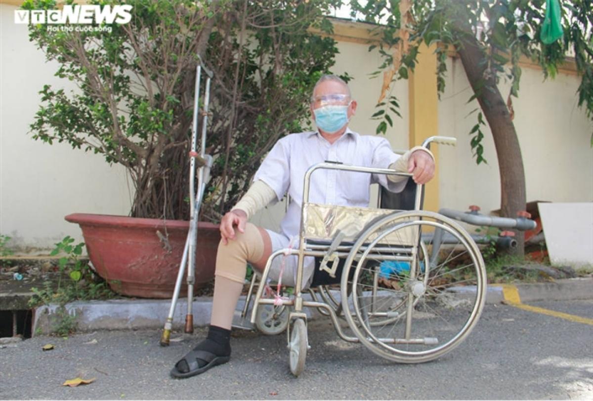 Được con gái đẩy trên xe lăn đến khám sức khỏe để tiêm vaccine, ông Nguyễn Văn Dảo, 71 tuổi ngụ TP Thủ Đức hồi hộp chờ đến lượt.