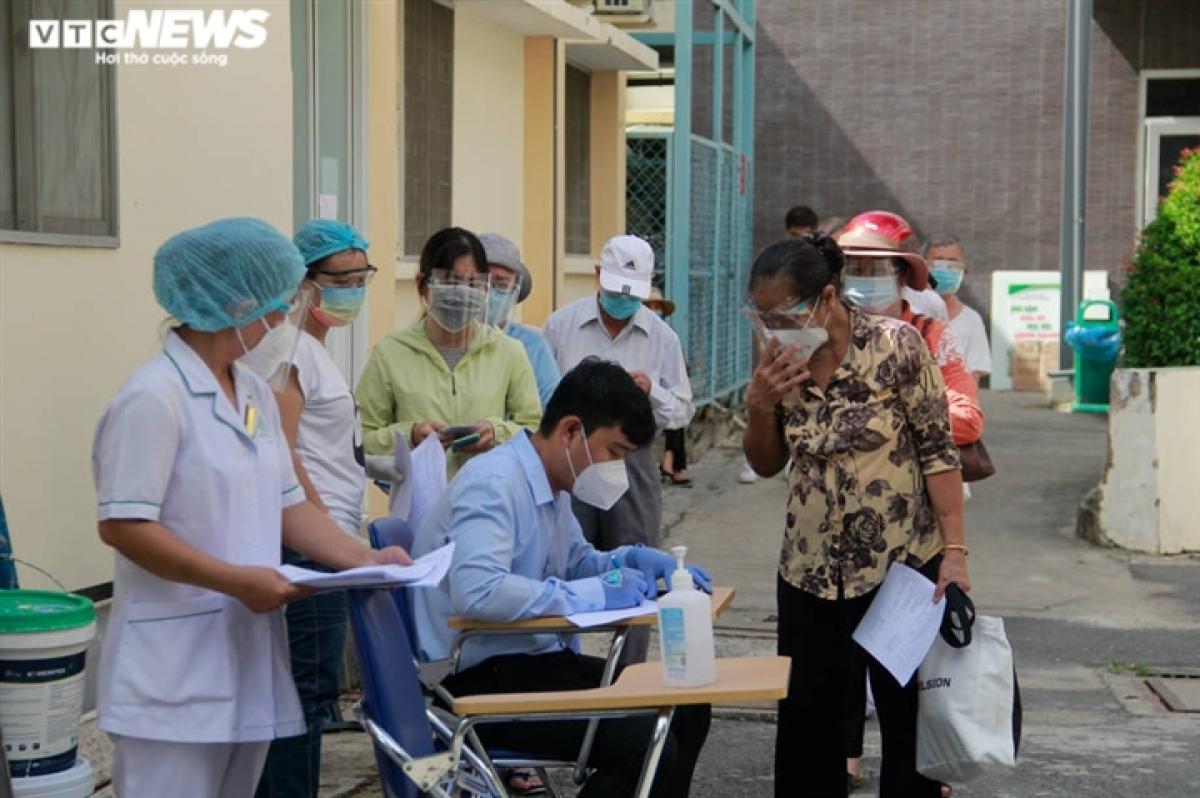 Bệnh viện Lê Văn Thịnh tiến hành việc tiêm Vaccine cho các cụ già trên 65 tuổi với quy trình chặt chẽ, kỹ càng. Trước tiên, mọi người phải khai báo thông tin cá nhân, địa chỉ, số điện thoại liên lạc cho cán bộ y tế.