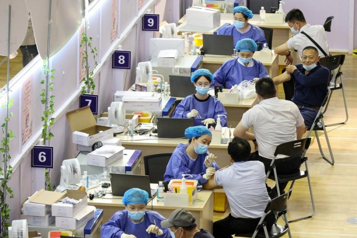 Nhiều nước đang cân nhắc việc tiêm mũi vaccine ngừa Covid-19 thứ ba để chống các biến chủng mới. Ảnh: AFP