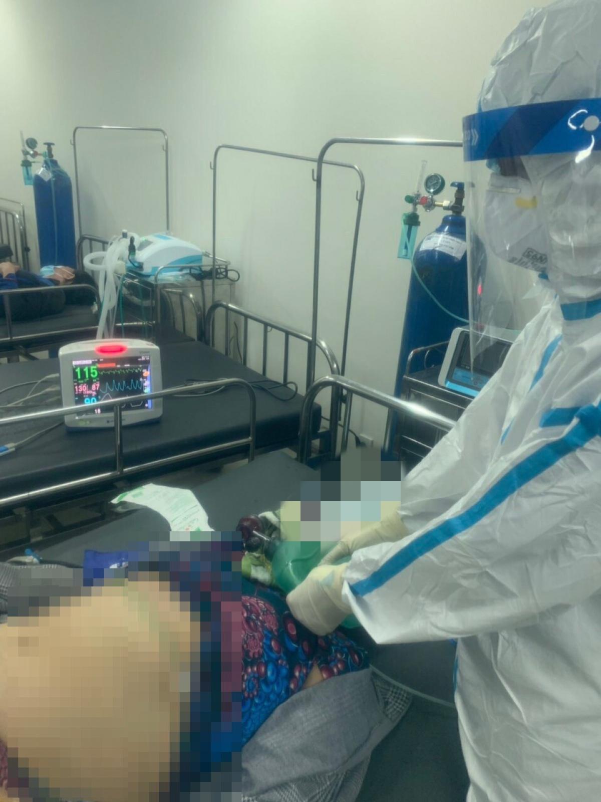 Sau 2 giờ hồi sức, bệnh nhân ổn định và được chuyển lên tuyến trên (ảnh do Bệnh viện Dã chiến số 12 cung cấp)