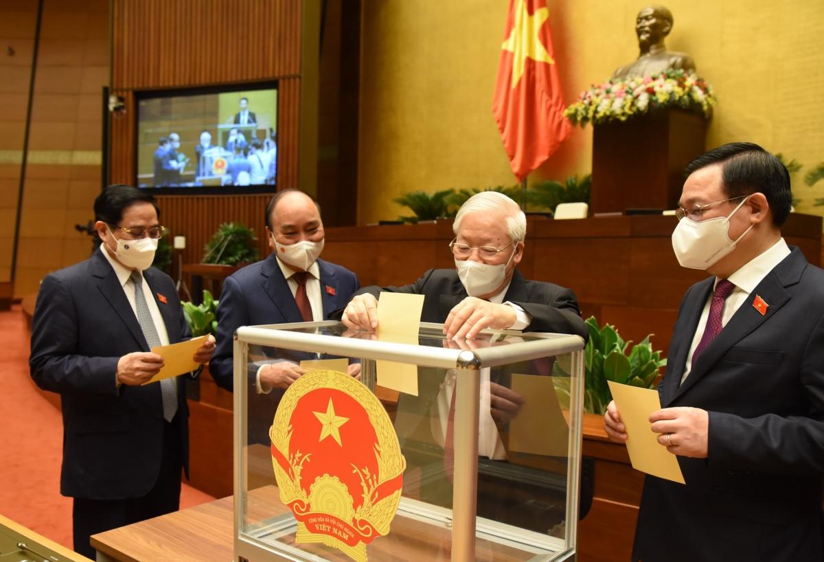 Đại biểu Quốc hội khoá XV bỏ phiếu kiện toàn nhân sự cấp cao Nhà nước tại Kỳ họp thứ nhất. Ảnh: Quốc hội