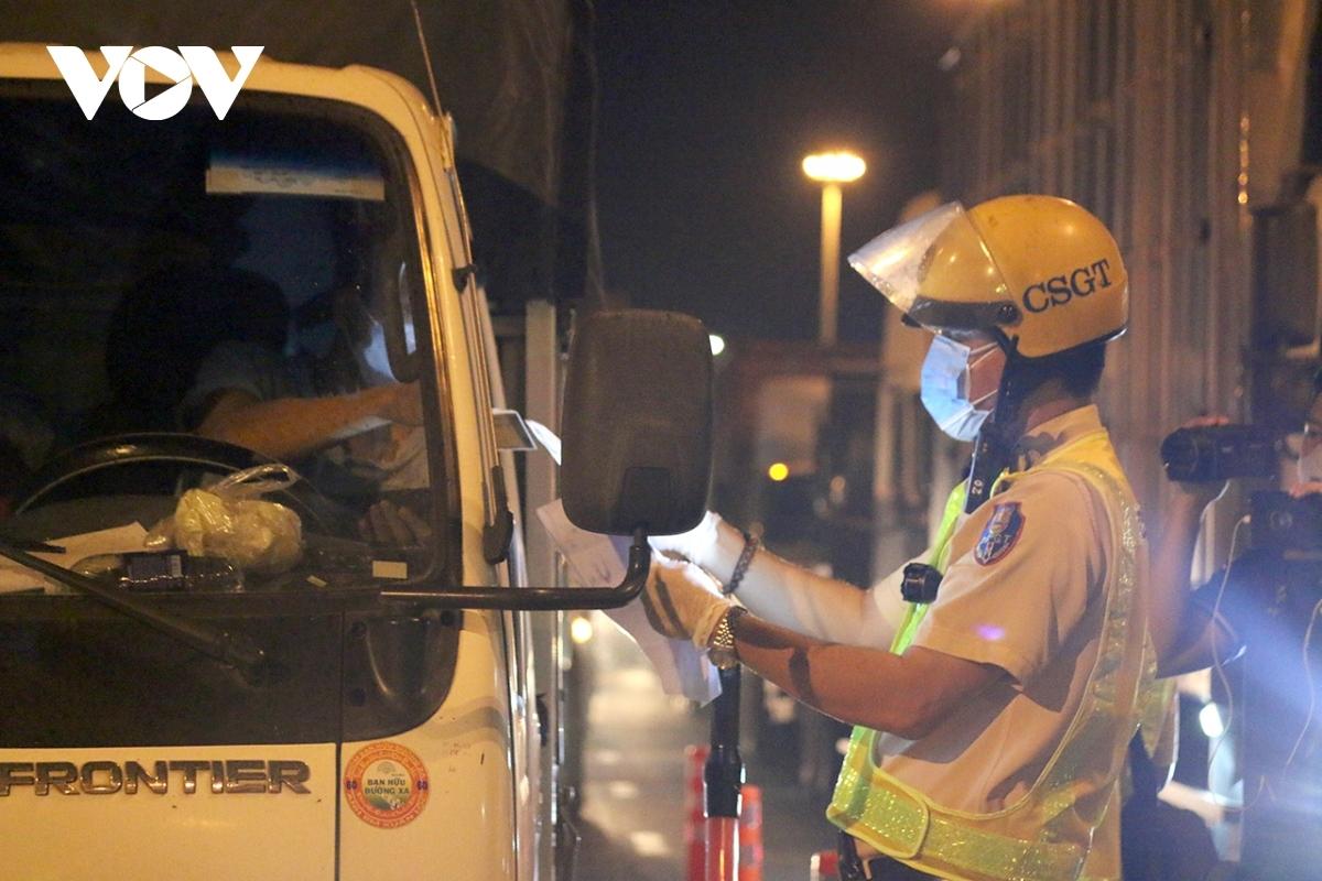 Tài xế xe liên tỉnh có thể test nhanh tại trạm xăng.