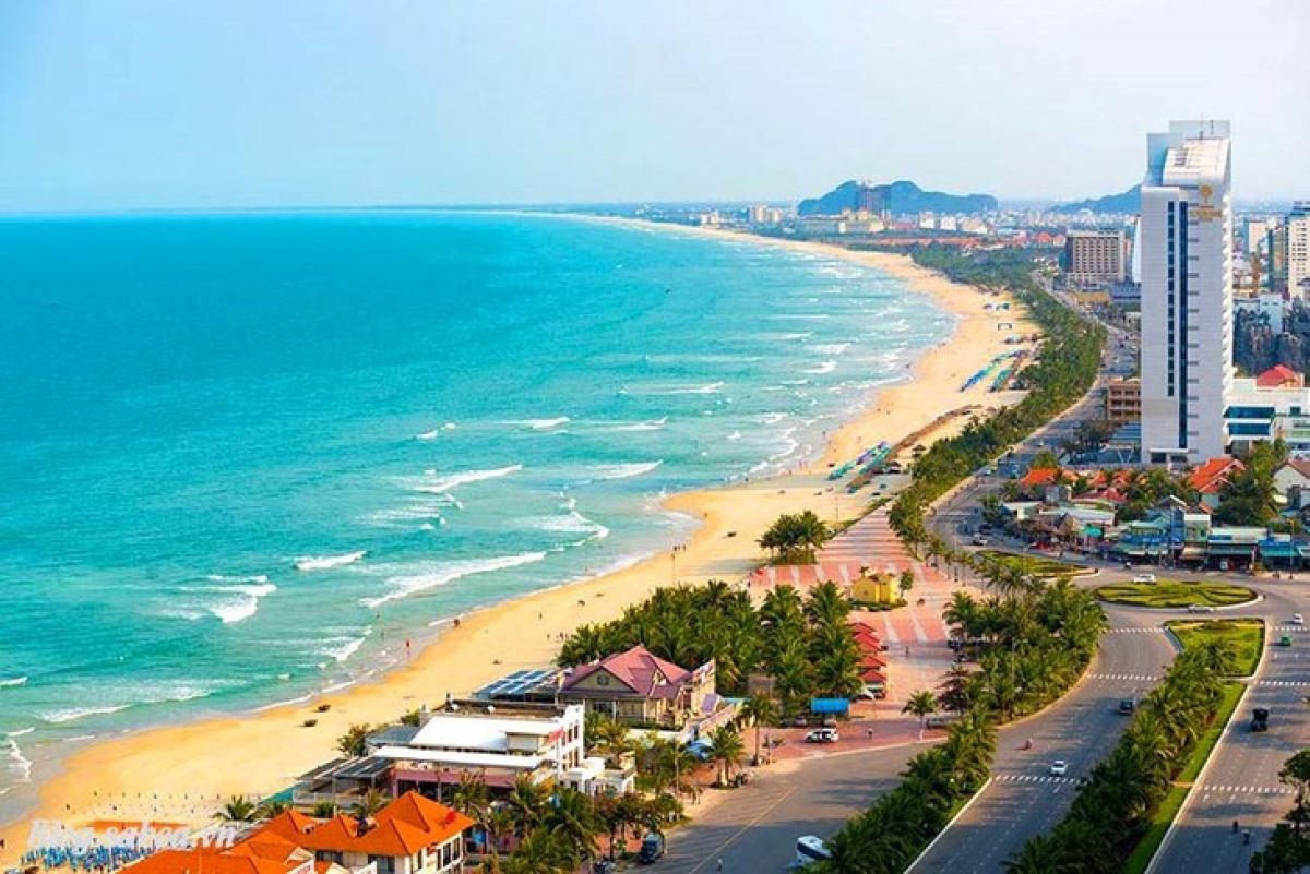 Da Nang is one of the busiest cities in Vietnam with a wide range of tourist attractions including My Khe beach - one of the 6 most beautiful beaches on the planet (voted by Forbes magazine), Ba Na Hills with many entertainment activities, Son Tra Peninsula, Marble Mountains, Han River, and Dragon Bridge. In the photo is My Khe beach in Da Nang (Photo: danangaz.com)