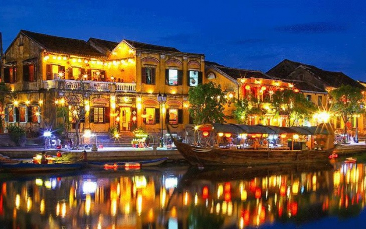 Hoi An was recognized by UNESCO as a World Cultural Heritage in 1999. It was one of the 10 most attractive tourist cities in Asia, listed by Smart Travel Asia magazine. The nostalgia, peace, and beautiful natural scenery of Hoi An are what keep foreign tourists coming. (Photo: austinvietmartyrs.org)