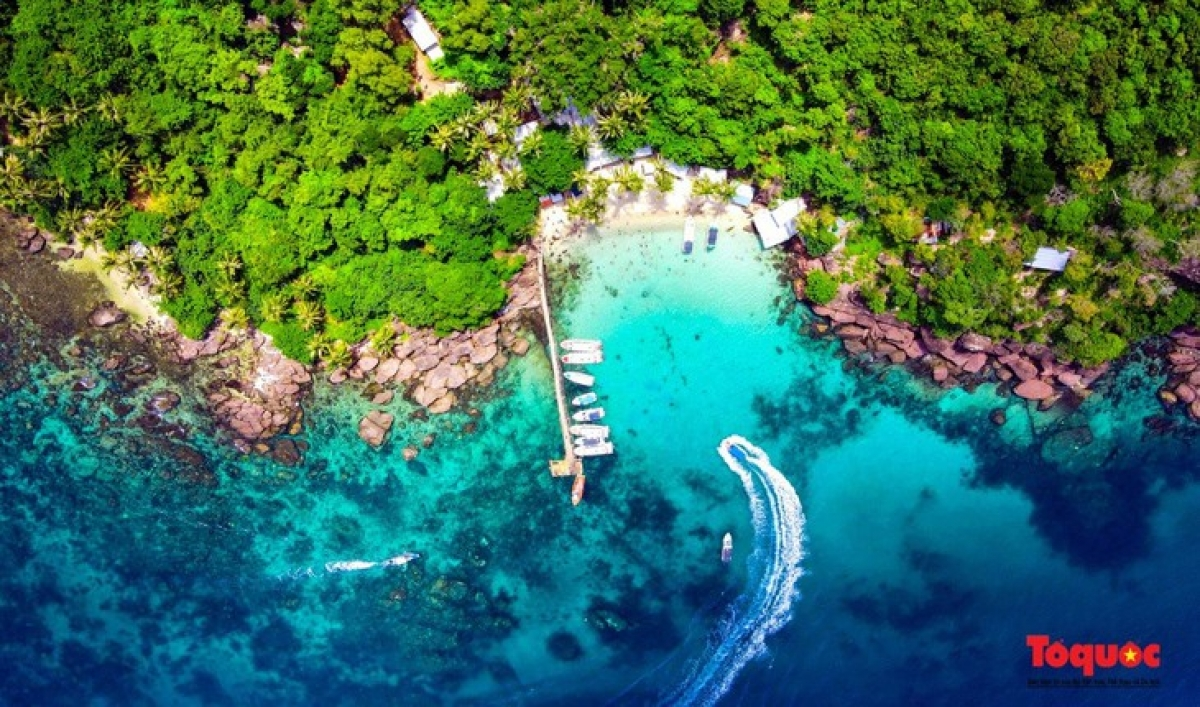 """Phu Quoc is the largest island city in Vietnam. Known as """"Pearl island"""", Phu Quoc is a beach paradise for tourists. The Long Beach (Bai Dai) is on the list of top 5 clean and beautiful beaches in the world voted by ABC News.(Photo: To Quoc News)"""