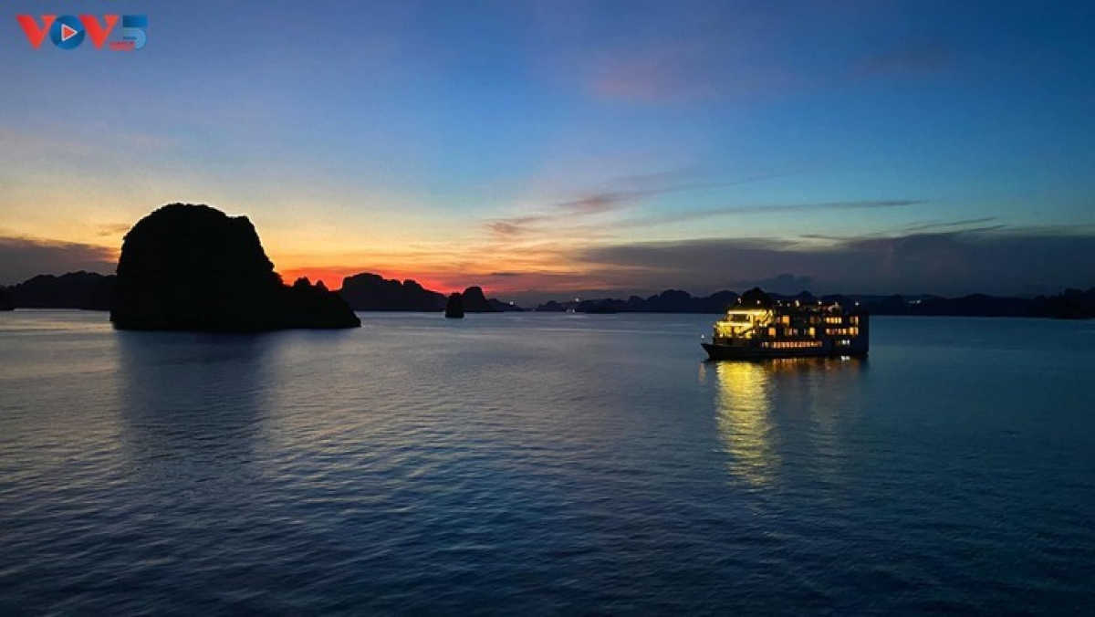 Ha Long Bay, recognized by UNESCO as a natural world heritage, is one of the most beautiful bays in the world. From a birds-eye view it looks like an enormous colored painting.Spending the night on a cruise is an amazing experience for tourists visiting Ha Long Bay. (Photo: My Tra/ VOV5)