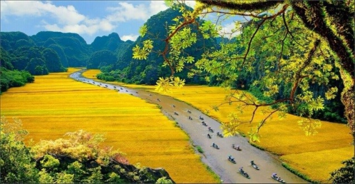 """Ninh Binh is a popular destination for domestic and foreign tourists. It offers natural and cultural heritages including Trang An eco-tourism area, Tam Coc - Bich Dong, Mua Cave, Cuc Phuong forest, Bai Dinh pagoda, and the Hoa Lu Citadel. Ninh Binh is known as """"Ha Long Bay on land"""". (Photo: Dao Minh Tien/ sodulich.hanoi.gov.vn)"""
