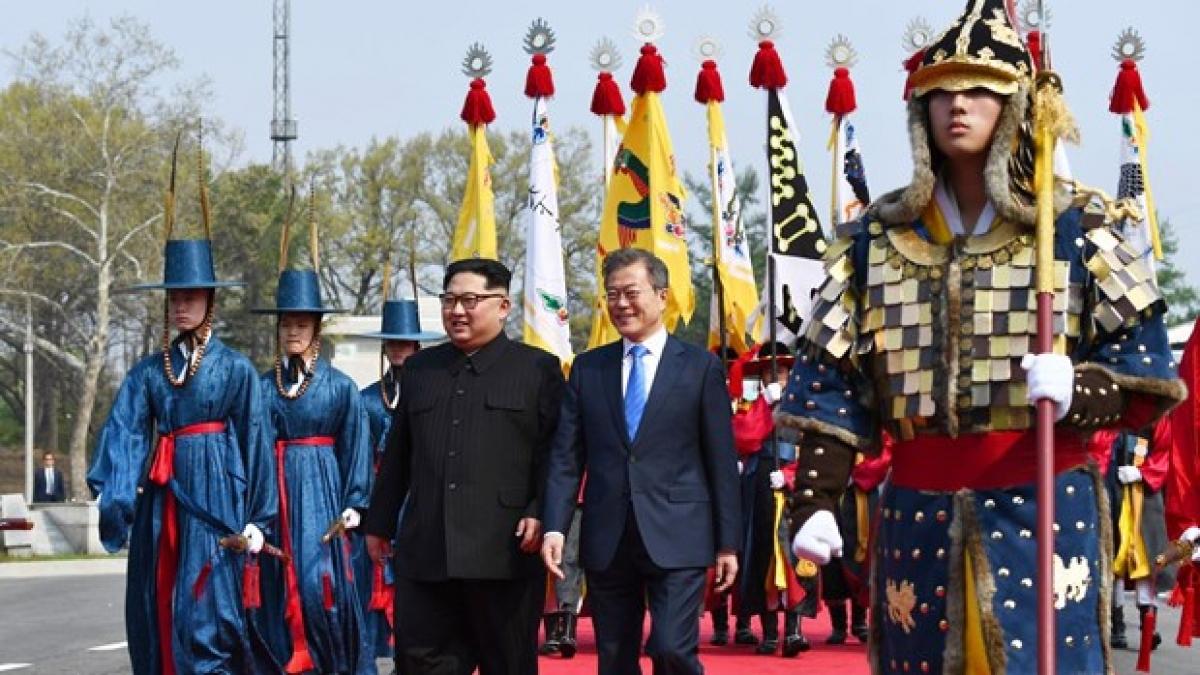 Chủ tịch Triều Tiên Kim Jong-un và Tổng thống Hàn Quốc Moon Jae-in gặp thượng đỉnh. (Ảnh: New York Times)