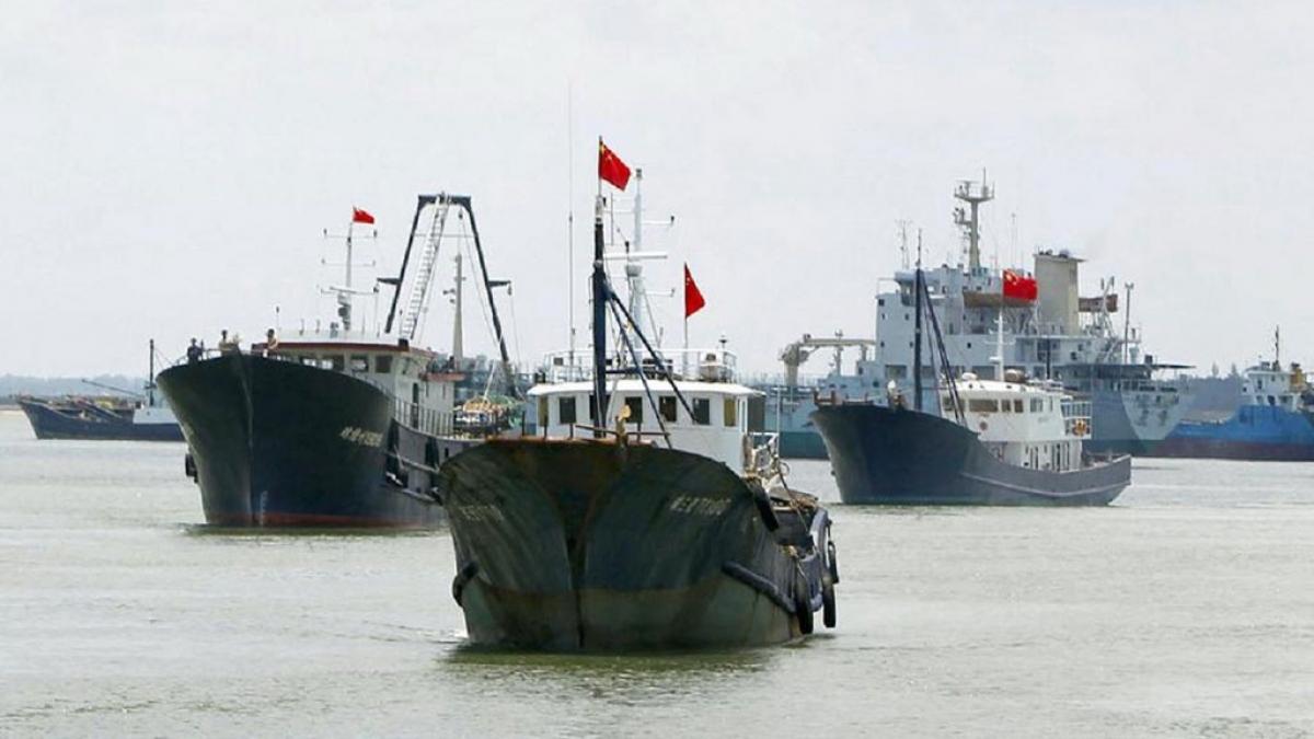 Tàu cá Trung Quốc chuẩn bị ra khơi. Ảnh: Reuters