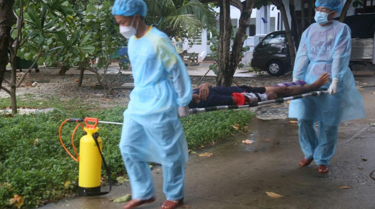 Các y, bác sĩ đưa bệnh nhân lên đảo để điều trị.