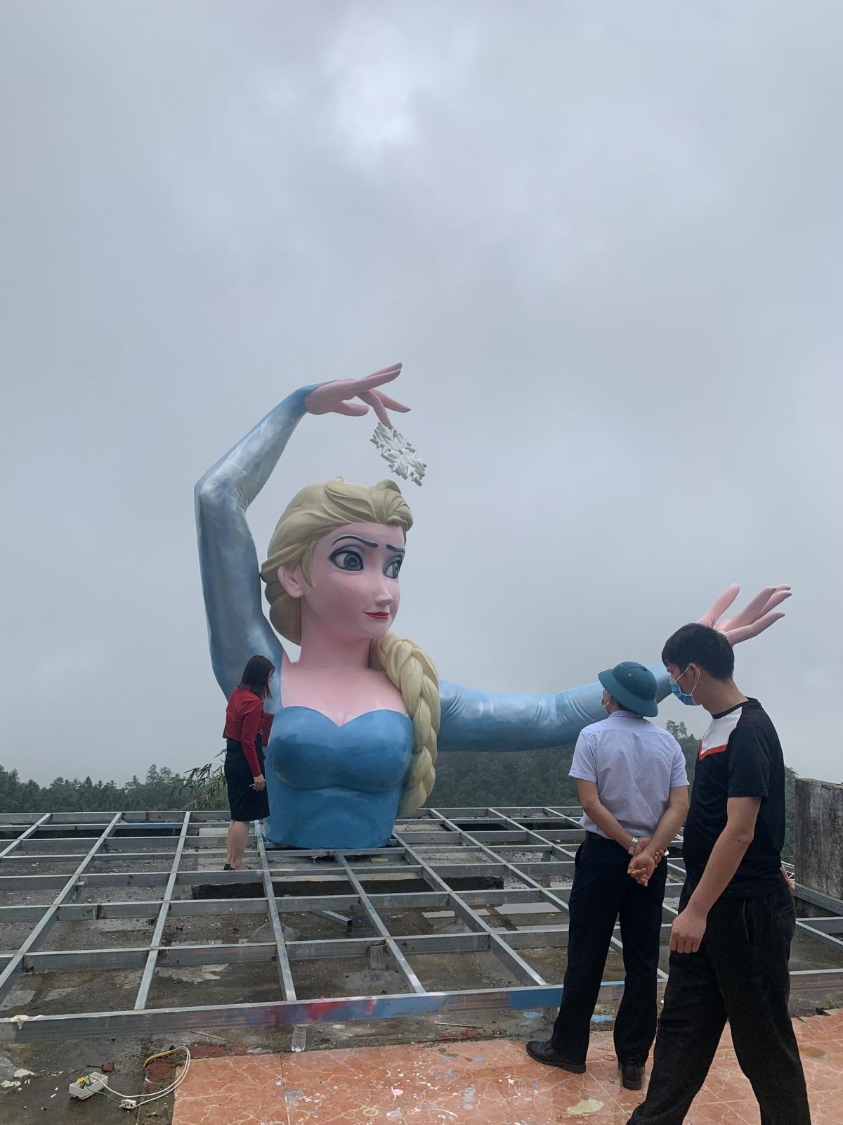 Đoàn kiểm tra công trình bức tượng Elsa ngày 19/7. Ảnh: Vinh Quân