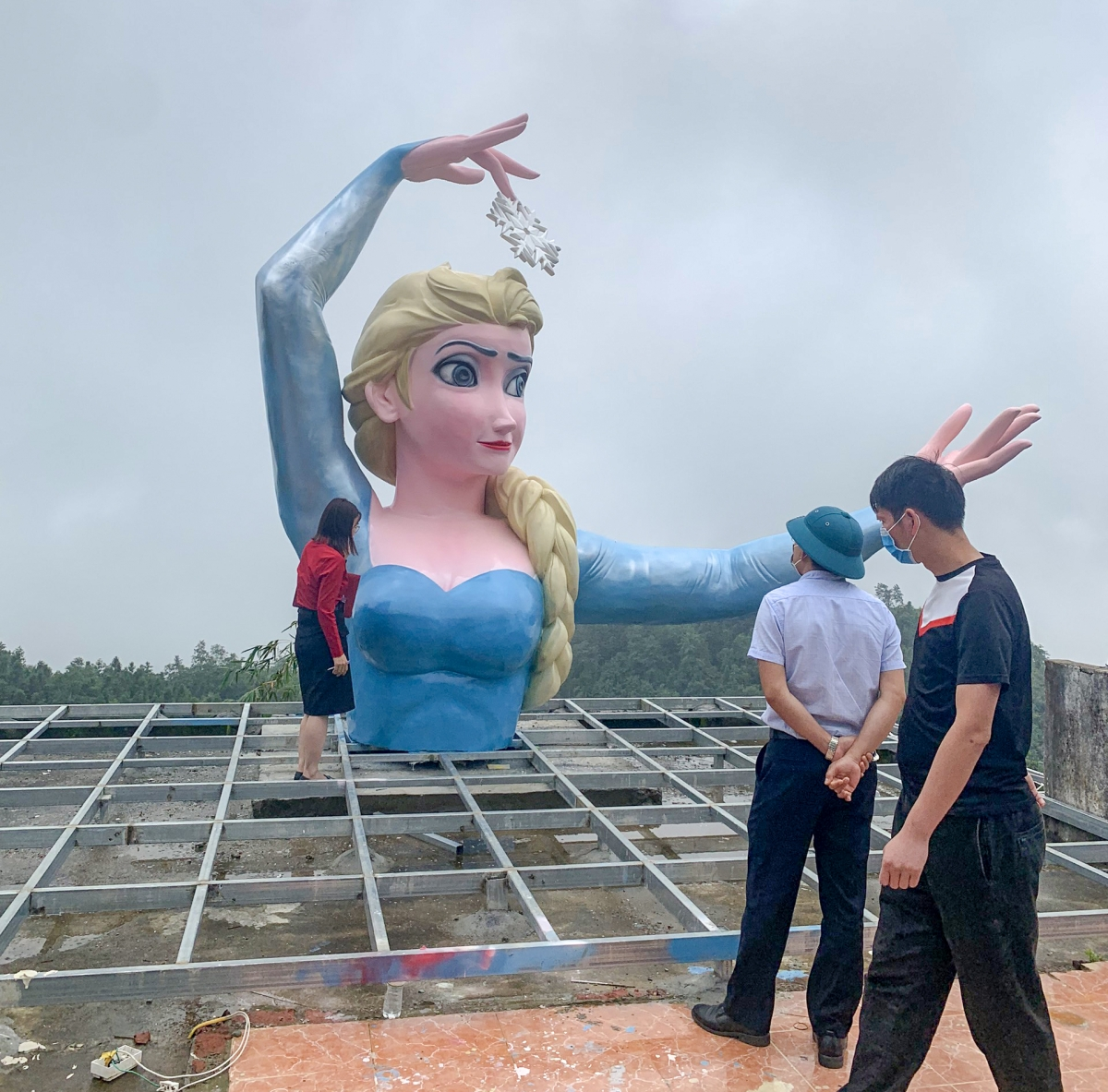Bức tượng Elsa đặt tại một khu check-in ở Sa Pa. Ảnh: Vinh Quân