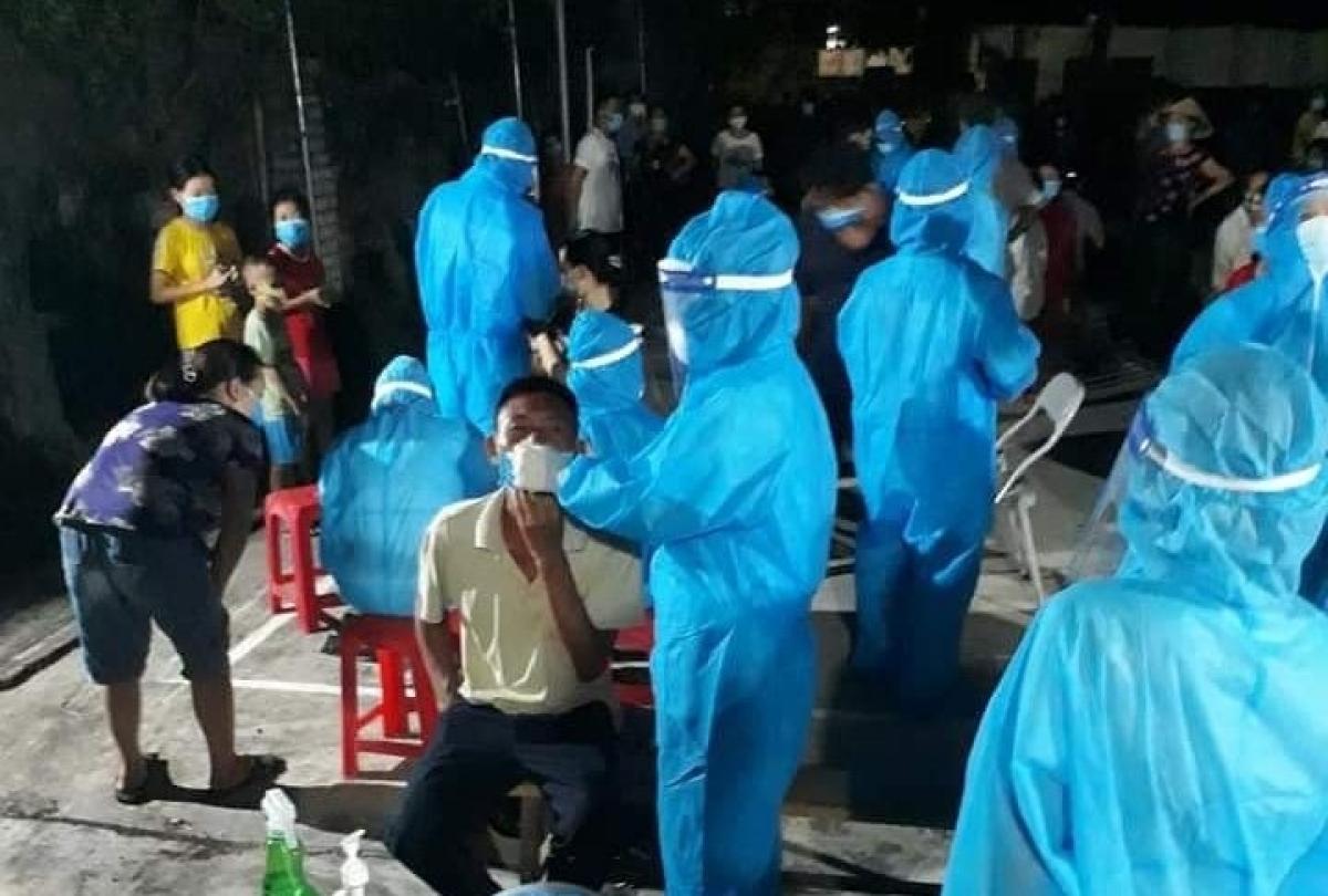 Ngành y tế Nghệ An khẩn trương truy vết, lấy mẫu xét nghiệm liên quan đến các trường hợp dương tính với SARS-CoV-2 trên địa bàn huyện Quỳnh Lưu.