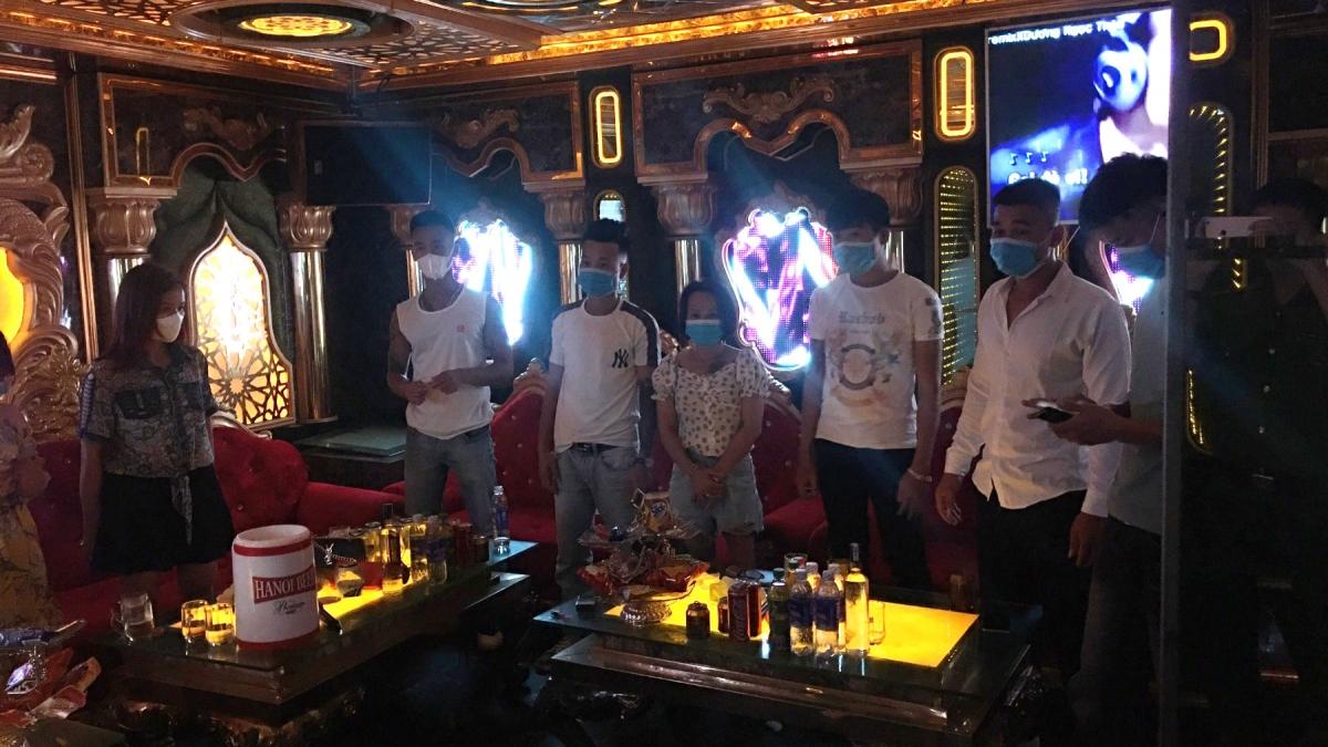 Quán karaoke vẫn bất chấp mở cửa giữa mùa dịch sau khi bị xử phạt một lần