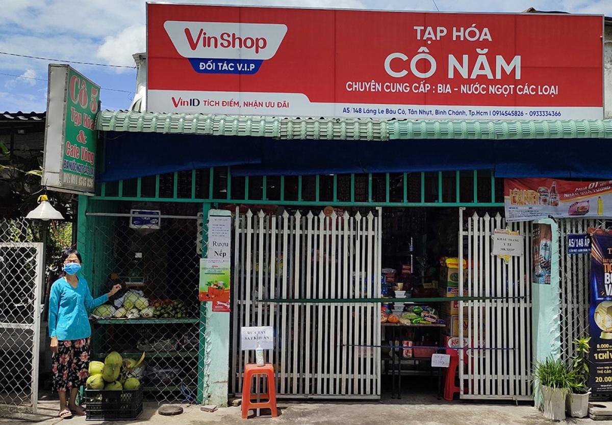 Người dân TP.HCM có thể dễ dàng mua nhu yếu phẩm tại các cửa hàng tạp hoá gần nhà.