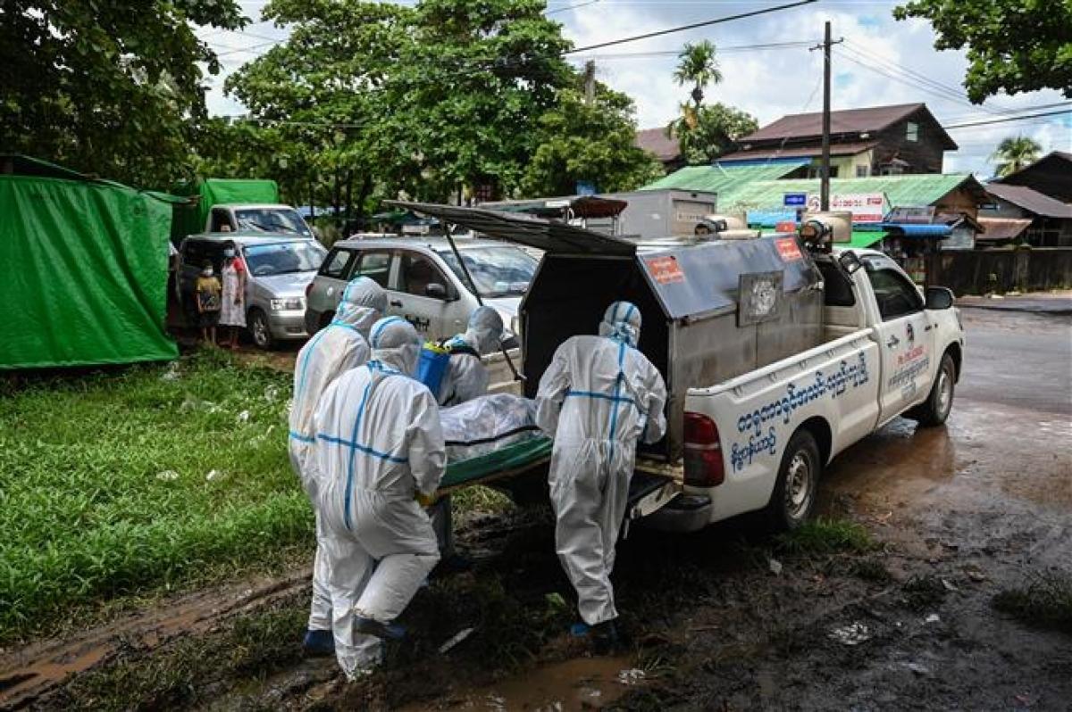 Chuyển thi thể bệnh nhân Covid-19 đi hỏa táng tại Yangon, Myanmar ngày 10/7/2021. Ảnh: AFP