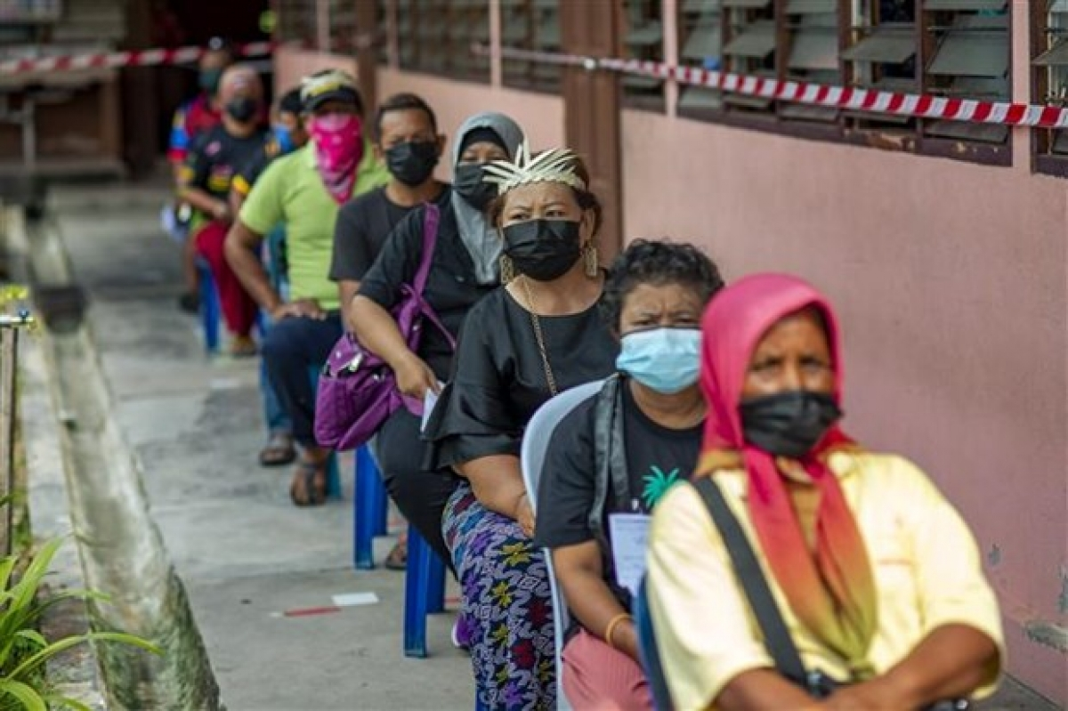 Người dân xếp hàng chờ tiêm vaccine phòng Covid-19 tại bang Selangor (Malaysia), ngày 25/7/2021. Ảnh: Tân Hoa xã.