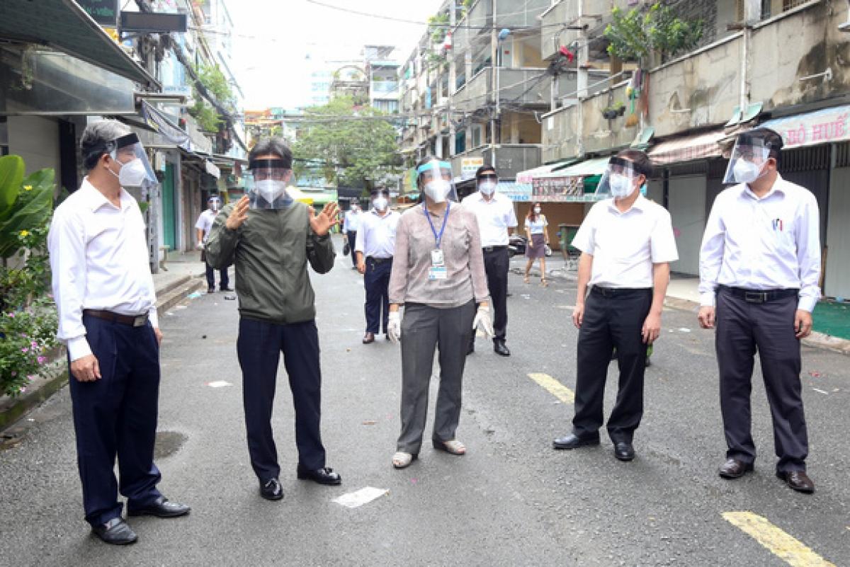 Phó thủ tướng Vũ Đức Đam (áo xanh) kiểm tra công tác phòng, chống dịch tại quận 10, TP.HCM ngày 22/7.