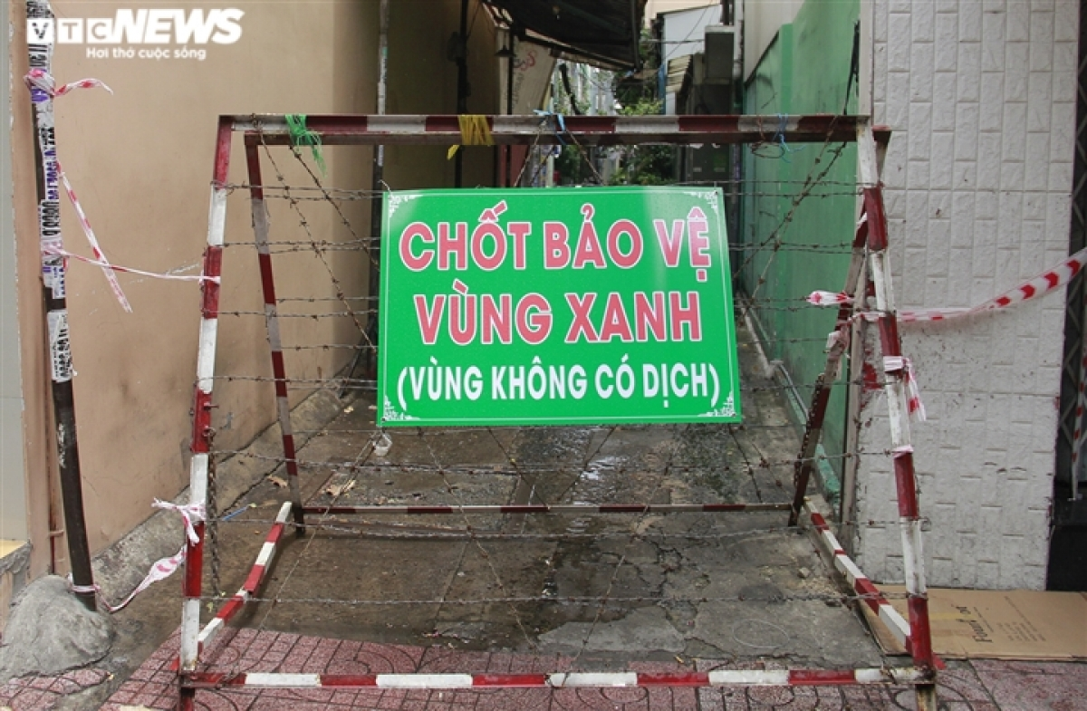 Những ngày gần đây, nhiều hẻm ở TP.HCM đã thiết lập các chốt bảo vệ vùng xanh. Theo ghi nhận của phóng viên VTC News, trên đường Nguyễn Đình Chiểu, quận 3 rất nhiều chốt bảo vệ được dựng lên.