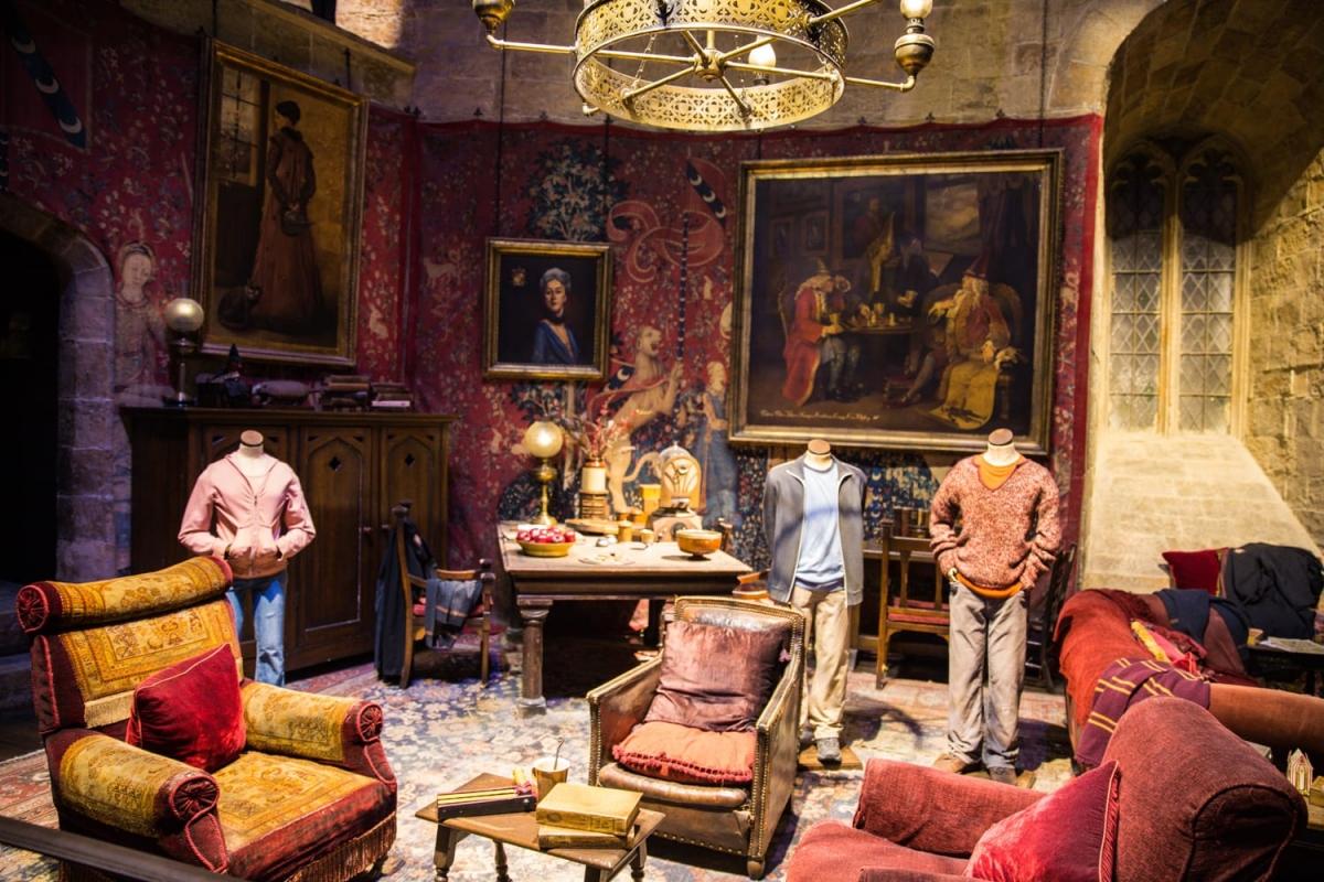 """""""Harry Potter: The Exhibition"""" là một triển lãm lưu động vòng quanh thế giới, nơi du khách có thể chiêm ngưỡng hàng nghìn vật phẩm như trang phục, đạo cụ, những sinh vật và căn phòng tại Hogwart trong các phần phim Harry Potter. Nếu quan tâm, du khách cần truy cập trang web để kiểm tra vị trí hiện tại của triển lãm này. Điểm đến mới nhất sẽ là Philadelphia, Mỹ vào đầu năm 2022."""
