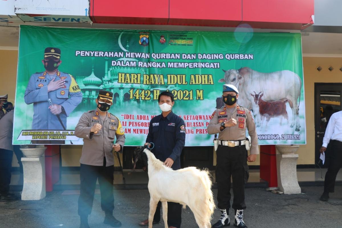 Lễ hiến tế theo giao thức y tế tại vùng xanh trên đảo Java. (Nguồn : Kompas)