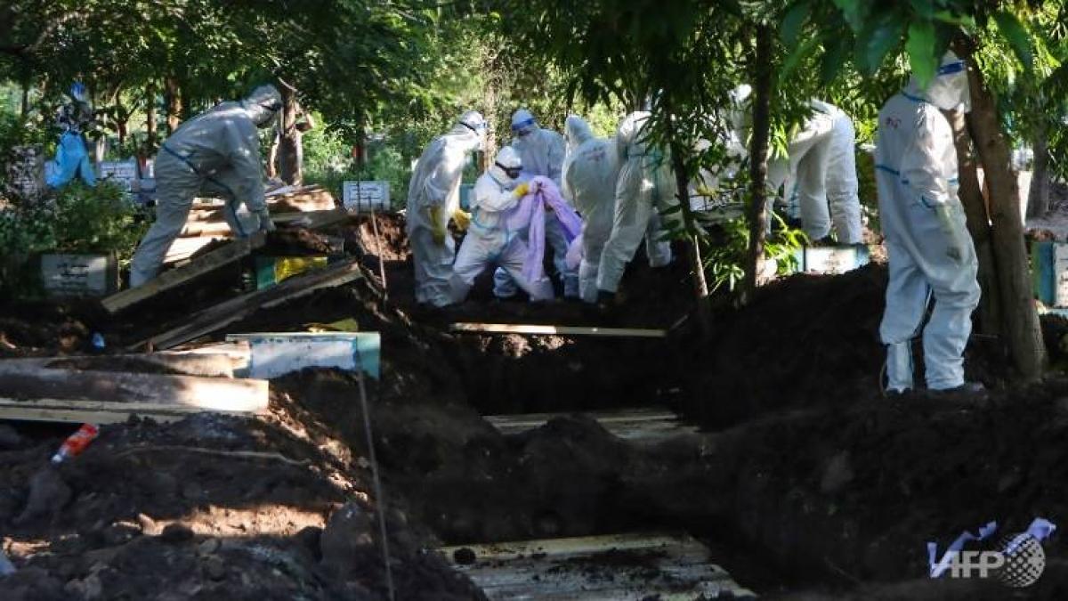 Chôn lấp thi thể bệnh nhân Covid-19 tại Myanmar. Ảnh: AFP