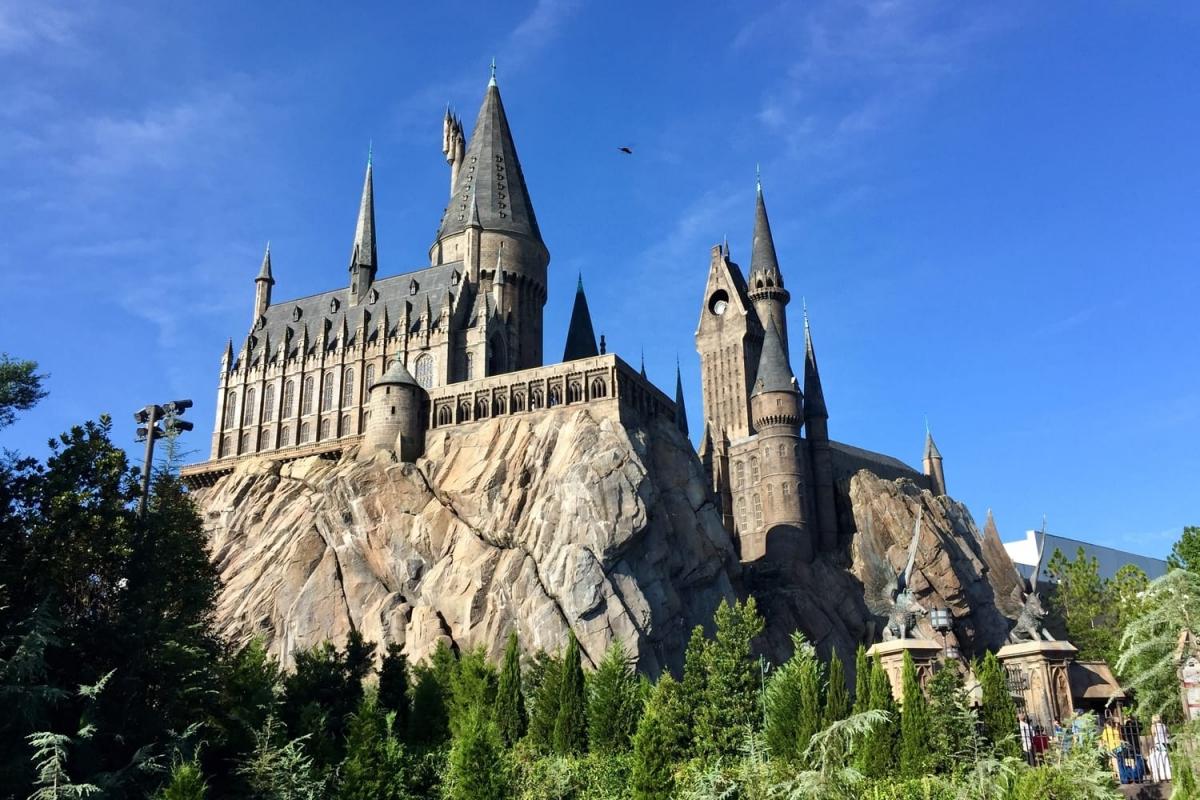 """Các công viên chủ đề """"The Wizarding World of Harry Potter"""" tại Los Angeles, Florida (Mỹ) hay Osaka (Nhật Bản) luôn thu hút rất đông du khách. Tại đây mọi người có thể trở lại thời thơ ấu, khám phá làng Hogsmeade và trường Hogwarts, đi tàu tốc hành Hogwarts và một loạt cửa hàng, quán ăn trong thế giới phù thủy."""