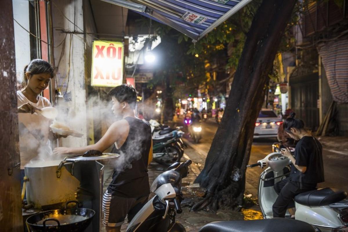 Hà Nội được TIME đánh giá cao về văn hóa ẩm thực đường phố. Nguồn: Paul Hahn—laif/Redux