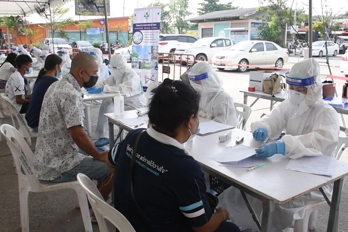 Nhân viên y tế tiến hành lấy mẫu xét nghiệm cho người dân ở tỉnh Ayuthaya. (Ảnh: BangkokPost)