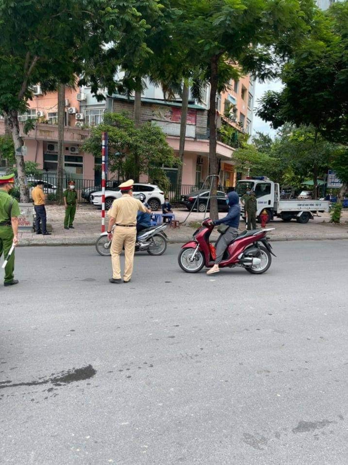 Ngày 28/7, Hà Nội xử phạt gần 900 trường hợp vi phạm với số tiền hơn 1,6 tỷ đồng.