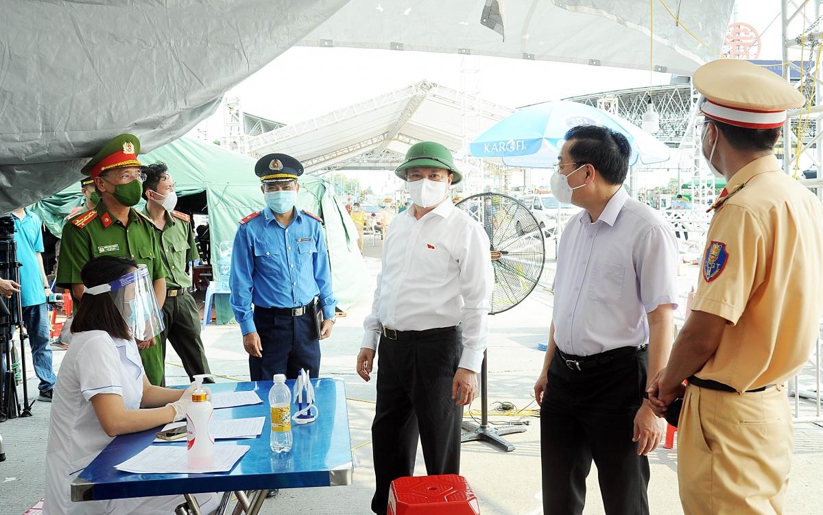 Ông Đinh Tiến Dũng và ông Chu Ngọc Anh kiểm tra, động viên lực lượng đang làm nhiệm vụ tại các chốt kiểm soát.
